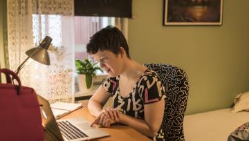 En av STILs arbetsledare sitter vid sin dator.